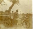 tak AT 1916 Dokter F.P.J. Doeleman met gezin op de stoomfiets
