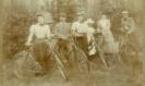 tak AT ± 1896 Gezin A.Doeleman op de fiets